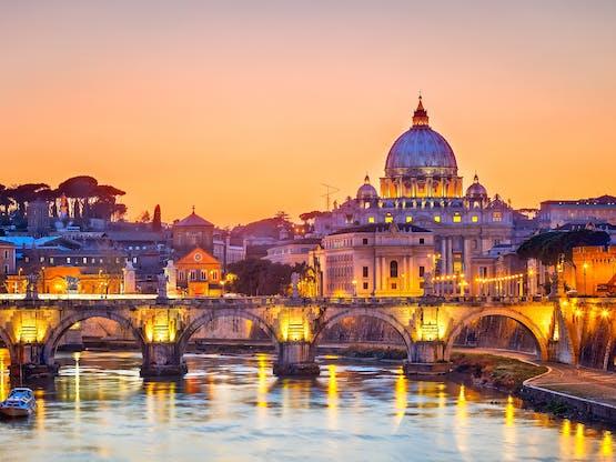 Rio Tibre e a Basílica de São Pedro. Roma, Itália