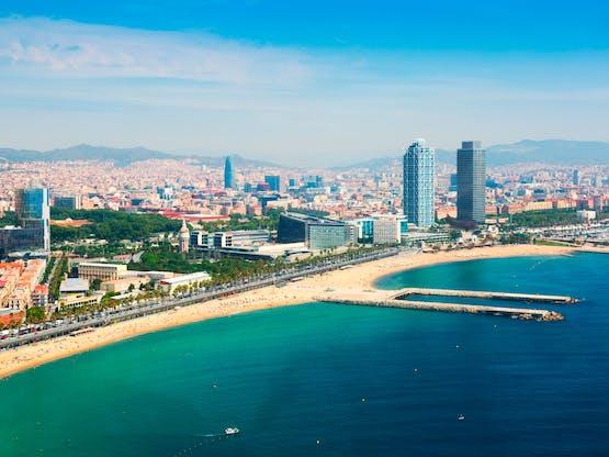 Praia de Barceloneta e Porto Olímpico, Barcelona. Espanha
