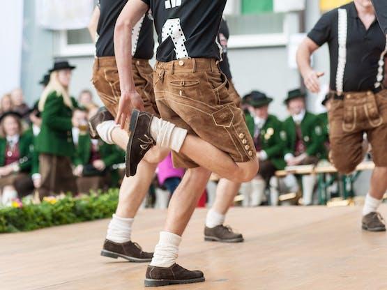 Grupo de dança folclórica alemã no Oktoberfest