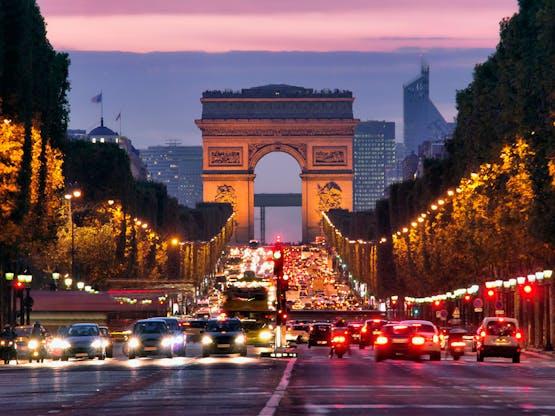 Avenida Champs-Élysées e Arco do Triunfo. Paris, França