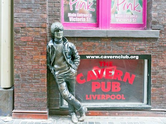 Estátua de John Lennon no histórico Cavern Club. Liverpool, Inglaterra