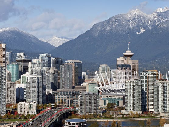 Centro de Vancouver com as Grouse Mountains ao fundo