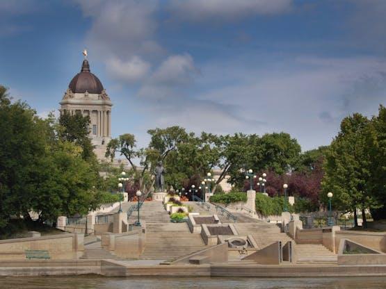Rio Assiniboine e Edifício Legislativo de Manitoba ao fundo