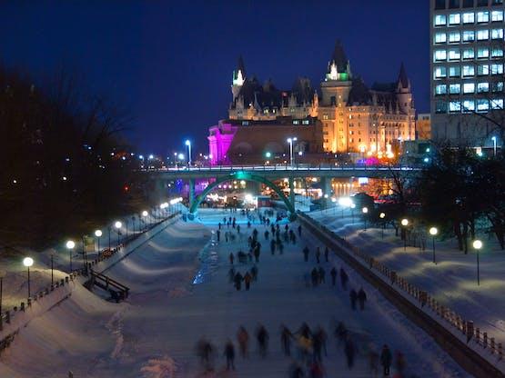 Pessoas patinando no Canal Rideau durante o festival anual de inverno Winterlude