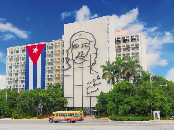 Prédio do Ministerio del Interior com mural de aço de Che Guevara, na Plaza de la Revolución. Havana, Cuba