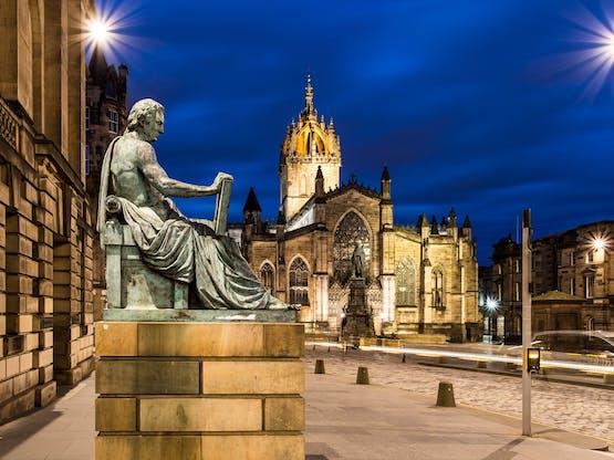 Estátua de David Hume na frente da Catedral de St. Giles, Edimburgo