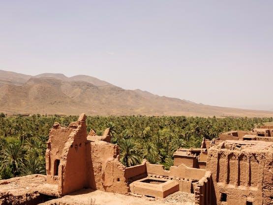 Vista do velho kasbah de Tamnougalt, Marrocos