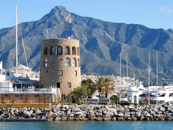 Entrada do porto de Puerto Banús e a montanha La Concha ao fundo. Marbella, Espanha