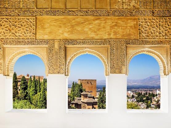 Janelas em Alhambra. Granada, Espanha