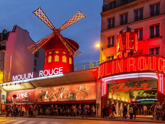 O famoso Moulin Rouge. Paris, França