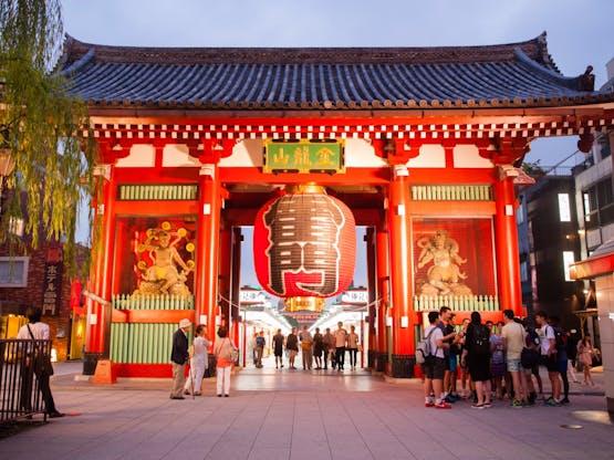 Rua em Asakusa, ligada ao templo Senso-ji. Tóquio, Japão
