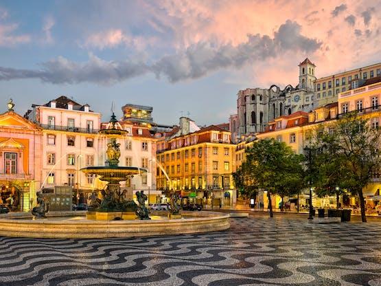 A Praça de D. Pedro IV, mais conhecida por Rossio. A Praça de D. Pedro IV, mais conhecida por Rossio