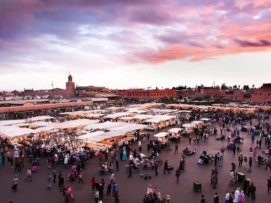 Praça Djemaa El-Fna e o mercado de Marrakesh, Marrocos