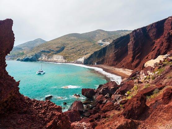 Costa da ilha e a Praia Vermelha. Santorini, Grécia