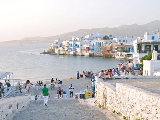 Turistas em Little Venice. Mykonos, Grécia