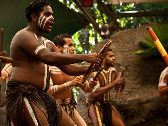 Performance aborígene no Tjapukai Culture Park em Kuranda, Queensland. Australia